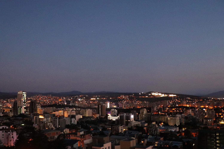 Вид из окна нашей квартиры в Тбилиси